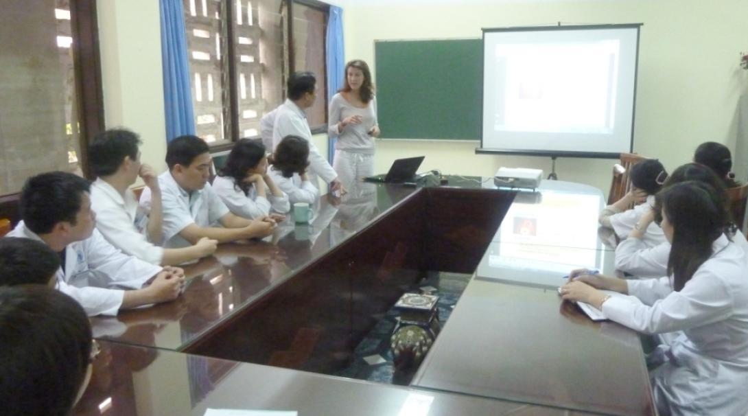 ベトナムで医療ワークショップに参加する看護インターン